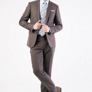 Коричневый мужской костюм.